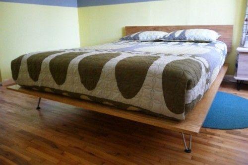 Una cama plataforma con patas de horquilla