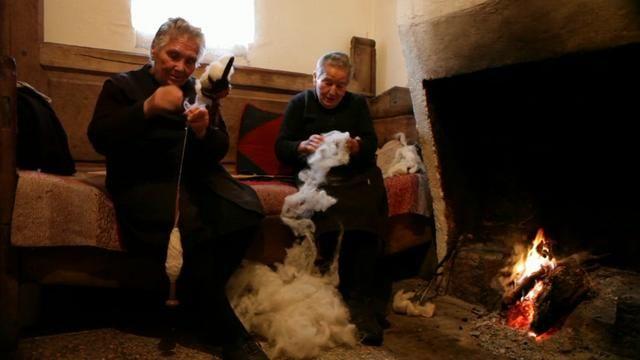 D. Ana a fiar e D. Laurinda a carbenar a lã