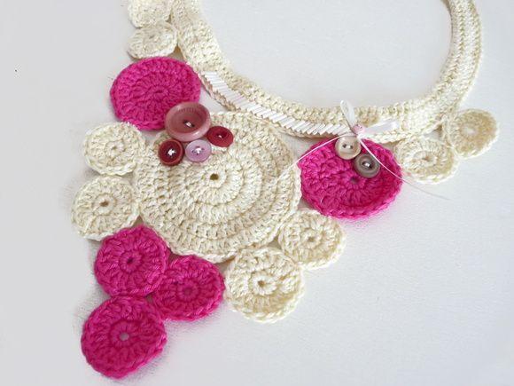 Colar de crochê bicolor, com bordados e aplicação de botões vintage.  * Fecho de metal * Tamanho único  ** Encomende em outras cores R$ 78,00