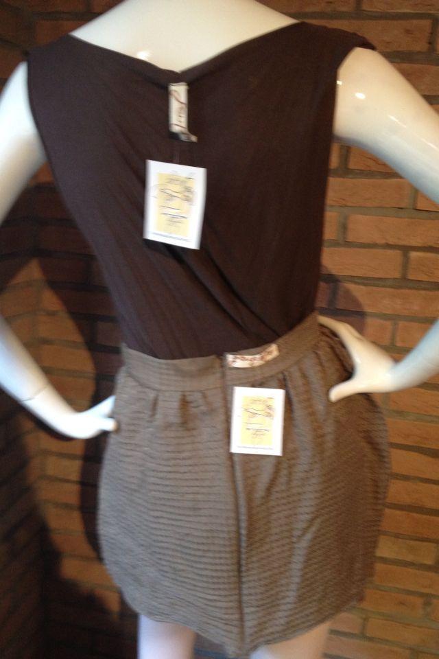 Minigonna Peut-être leggermente arricciata con fascione in vita e zip. Fantasia pied de poule in rilievo.