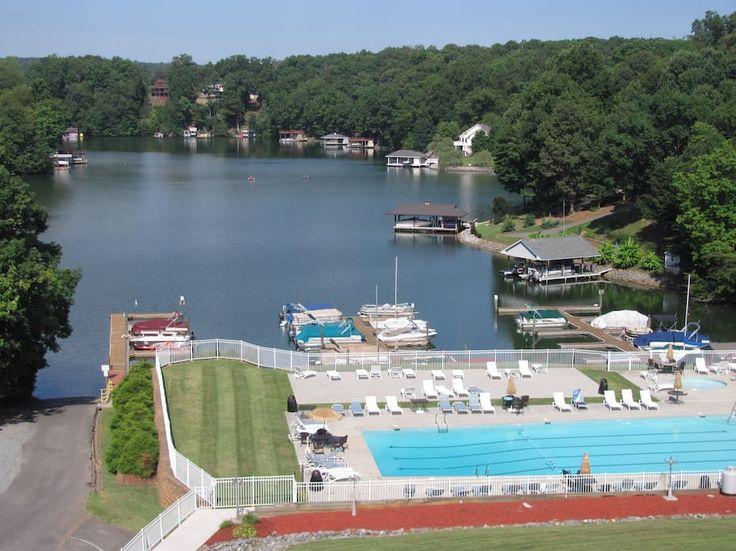 in Moneta, US. Smith Mountain Lake is a great retreat from the world.  Slow-paced with good restaurants and wineries all close to Roanoke, Lynchburg, Rocky Mt. and Bedford. Beautiful fall foliage. Close to Blue Ridge Parkway, Virgina Tech and other colleges.