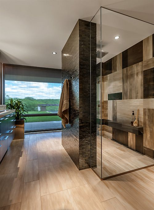 Une salle de bain élégante mais chaleureuse qui utilise brillamment la tuile de porcelaine imitation de bois. Superbe montage au mur!