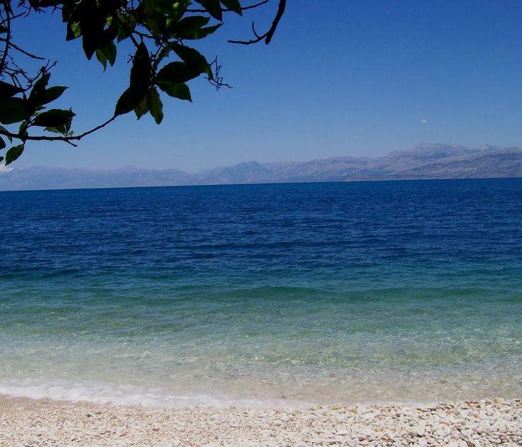 Παραλία ! Photo from Benitses in Corfu, v dálce řecká pevnina