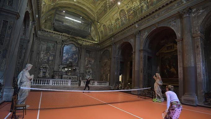 """Au nom de l'art, Asad Raza joue au tennis dans une ancienne église-Carmen : C'est une église désacralisée qui a eu d'autres usages auparavant, mais aucun aussi irrespectueux de fresques et architecture. Raza cherche """"Une réflexion sur la place des loisirs dans une société obsédée par le travail, et retrouver une atmosphère de méditation avec l'échange monotone des balles de tennis"""", mais l'idée d'utiliser des sculptures comme des ramasseurs de balles. Dans mon cas, il a réussi sa provocation…"""