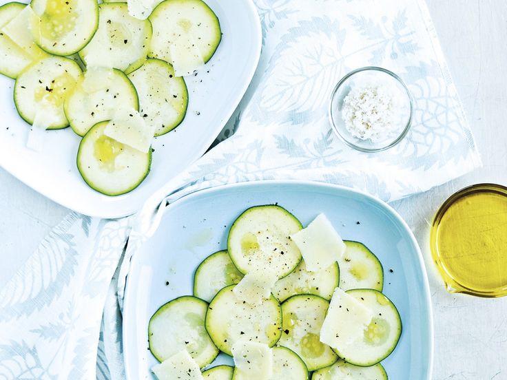 Młodziutkie cukinie nie potrzebują maltretowania na patelni. Polane oliwą i podane z płatkami parmezanu będą idealne na lato.   +sól pieprz