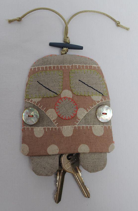 Original y curioso llavero realizado en telas de lino 100%, botones de nácar, con detalles hechos a mano. Las llaves quedan escondidas dentro. Como q