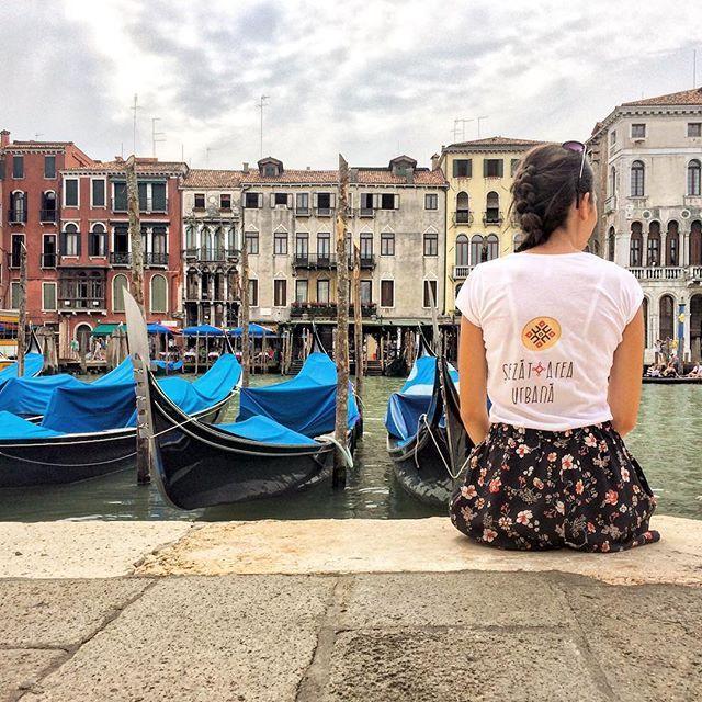 Am purtat, cu mare drag, însemnul șezătorii pe străzile din Veneția 👣🤗 #sezatoareaurbana #calatorie #italia #venetia #romanian