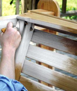 Zelf white wash meubelen of vloeren maken? Het kan met dit handige Stappenplan van KARWEI. Het beste white wash-effect krijg je met onbehandeld hout.