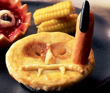 För dig som har lite tid över till Halloween är dessa monsterpajer något att bita i. Pajskalen fyller du med en köttfärssås på bland annat tomatsås, lök och ketchup innan de täcks av ett deglock och gräddas. Köttfärspajen är busigt god.