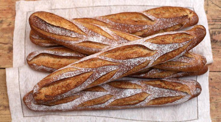Французская выпечка — настоящее искусство. Кулинары всего мира стремятся познать нюансы секретных рецептов воздушных багетов, круассанов, профитролей и не только. Сегодня мы побалуем любимых читателей настоящим изыском — рецептом французского хлеба! Французский хлеб ИНГРЕДИЕНТЫ: 1 ст. л. сухих дрожжей 250 мл воды 3 ст. л. сахара 1/2 ч. л. соли 80 мл растительного масла 1 яйцо 250 г муки 25