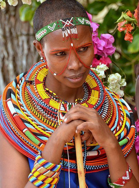 Muchacha de Massai que adorna el vestido colorido y tradicional. Sur de Mombasa, Kenia.                                                                                                                                                                                 Más