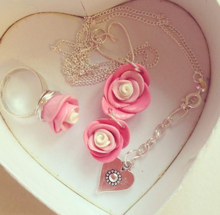 Rosa rosor av fimolera. Clay roses. Jewellery.