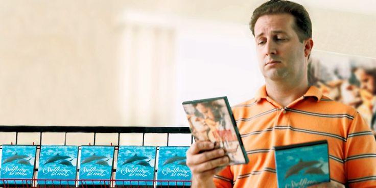 Een man die aan het kiezen is welke film hij zal huren of kopen