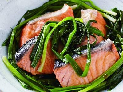小田 真規子 さんの細ねぎ,生ざけを使った「鮭の細ねぎレンジ蒸し」。鮭(さけ)に細ねぎをのせてレンジでチンするだけ! 細ねぎは風味づけと具材の二役をこなします。 NHK「きょうの料理」で放送された料理レシピや献立が満載。