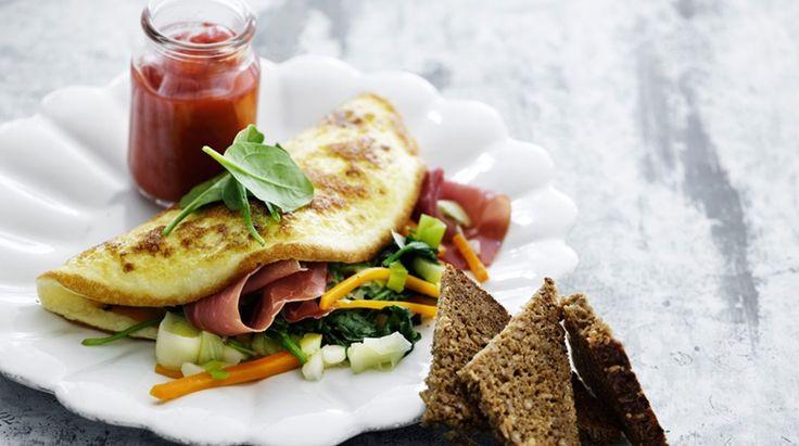 Omelet med grøntsager og tørret skinke