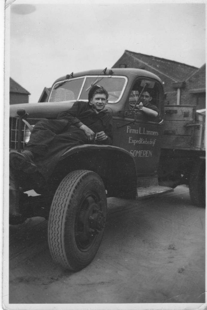Someren Vrachtwagen voor reparatie: Firma Lammers, Jo Gehem chauffeur, op moterkap Piet Bussers uit Lierop