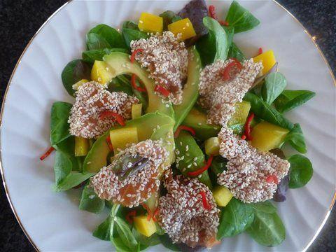 Salat med sashimilaks og sesamfrø