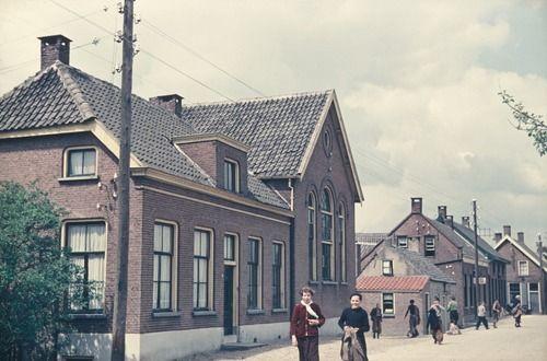 2526 Komgronden, 1955 Beschrijving: De voorzijde van de openbare lagere school Lingedijk te Rumpt. 27-7-1955. Meisje links met rood jack en witte das is Gerda de Weerd, dochter van Kees. De jongen daarnaast met zijn jas in de hand is Ties Jansen, zoon van Ties Jansen (kapper) en Hermien.
