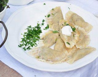 Pierogi z kaszą gryczaną, fetą i pietruszką = Składniki      Ciasto:     600 g mąki     ok. 300 ml ciepłej wody     ok. 2-3 łyżki sklarowanego masła     szczypta soli     1 jajko     Farsz:     2 torebki ugotowanej kaszy gryczanej     3-4 czerwone cebule     1 opakowanie fety     200 g wędzonego boczku lub wędzonej kiełbasy     3-4 ząbki czosnku     garść podprażonego kminku     garść świeżego szczypiorku     1 pęczek posiekanej pietruszki     szczypta gałki muszkatołowej     sól morska…