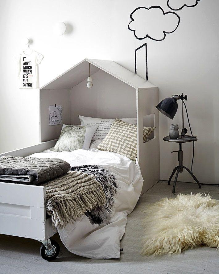 Бело-черный интерьер детской комнаты с кроватью в виде домика