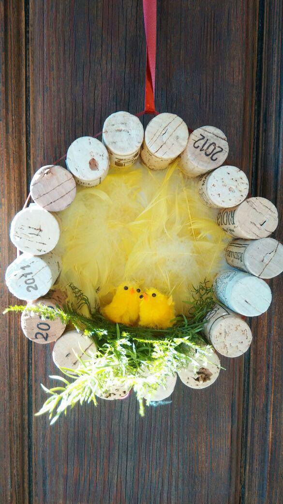 Deurhanger voorjaar. Cirkel van stevig karton met kurk beplakken. Nestje erin met kuikentjes.