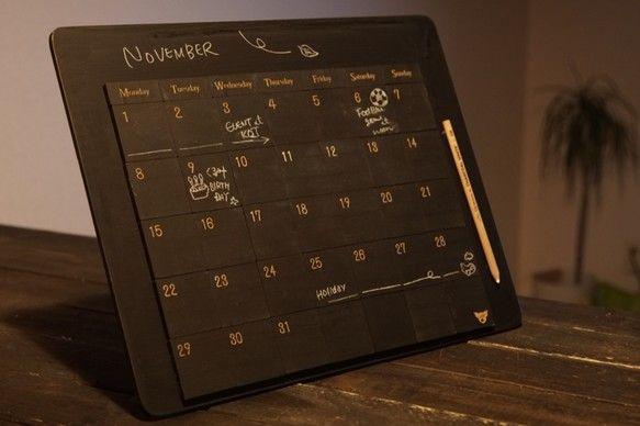 ■黒板塗装のベースボード、万年黒板カレンダーマグネット42個セットです。■木製黒板マグネットに日付と曜日を彫刻しております。■木板に鉄板を張り合わせたベースのボードにも黒板塗装されているため、黒板ボードとしてもお使いいただけます。■裏はフラットな状態なので壁に貼り付ける場合は強力な両面テープ等をご使用ください。 ※自立はしません。■珍しいチョークペンシルにもマグネットを埋め込んでおります。■マグネットはネオジウム磁石なので磁力は強力です。■冷蔵庫などインテリアにいかがでしょうか?■一コマサイズ:W50×D50mm■材質:MDF※レーザー彫刻機で加工している為、若干コゲの匂いがします。※黒板塗料成分/水性ペンキ成分【合成樹脂(アクリル)、顔料、有機溶剤、防カビ材、水】水性アクリル塗料ですので、ラッカーシンナー等は含まれておりません。▼カラーは下記よりお選びください▼赤/紺/緑/茶/黒新しい黒板の黒板面は、チョークとなじませることで扱いやすくなります。※チョークと馴染んでいない黒板面は、チョークの文字が消えにくく、残ることがあります...