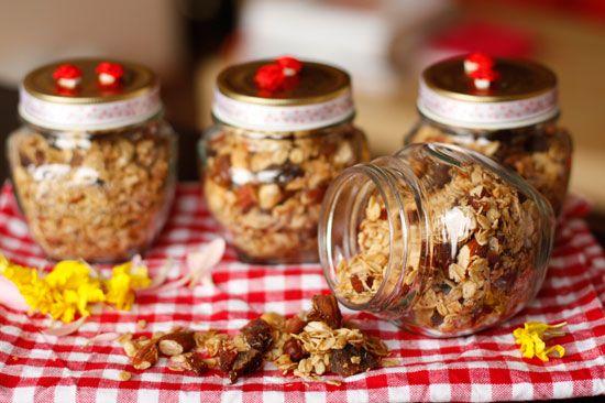 Zelfgemaakte muesli. Ook lekker met gedroogde cranberries en rozijnen of pompoenpitten.