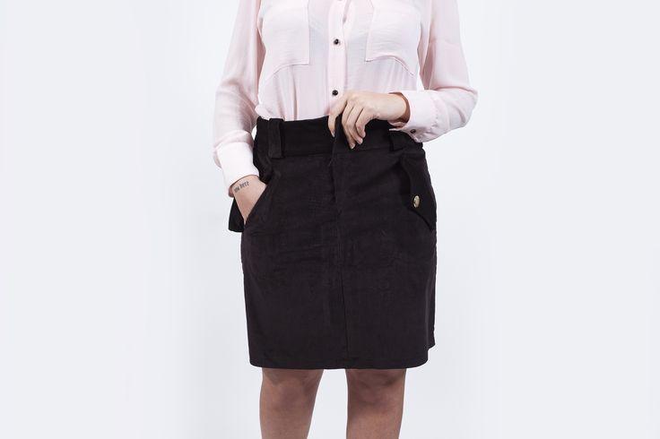 falda-pana-negra-camisa-retro-rosa-hecho-en-espana-pipolart-pipol-art-botones-dorado-frente