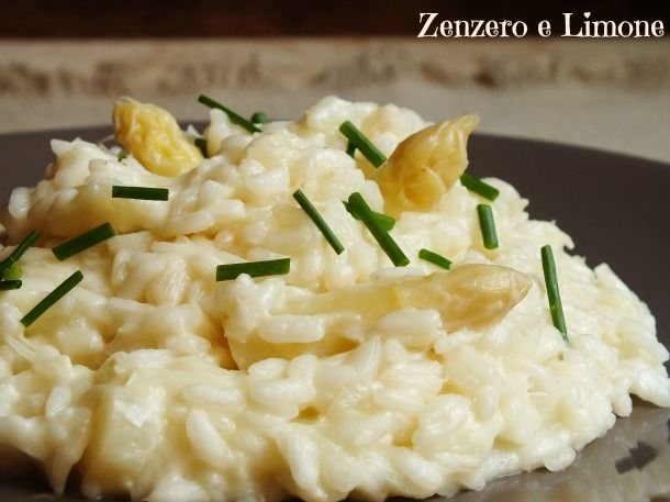 Questo risotto con asparagi bianchi è un primo piatto di una delicatezza incredibile. Davvero buono e molto particolare....non c'è che dire!