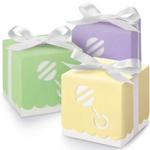Deze color rattle boxes zijn perfect voor baby showers. Verpak je cupcake, koekjes of andere trakaties in deze vrolijke dozen met daarop een rammelaar.