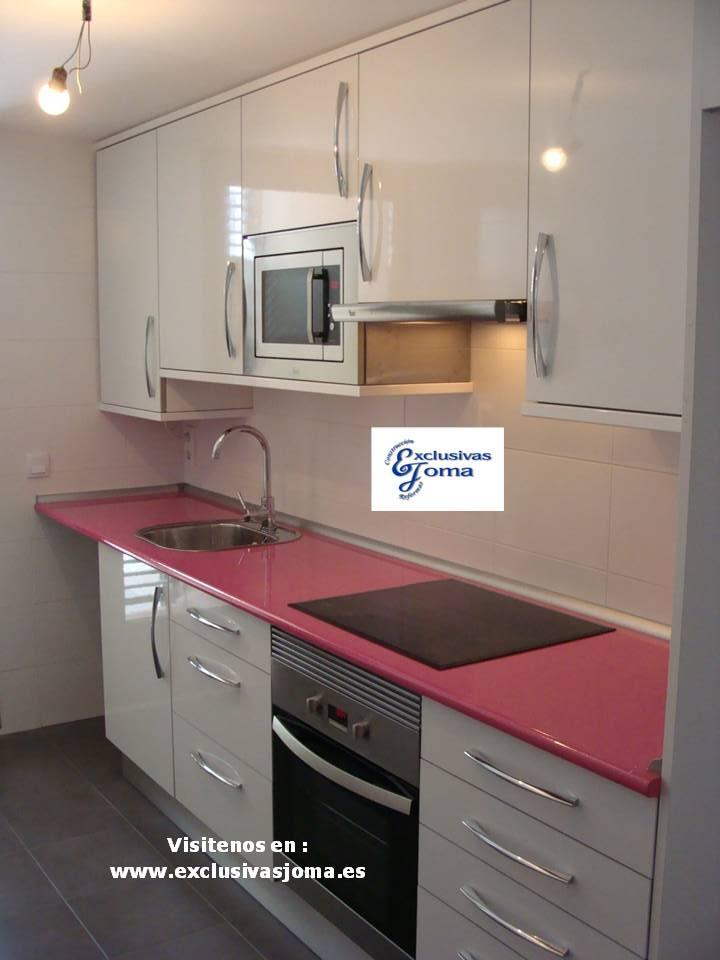 Muebles de cocina a medida en color blanco alto brillo con for Muebles de cocina con encimera
