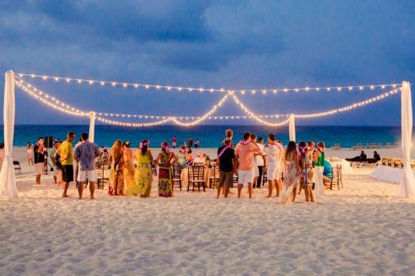 Casamento em Punta Cana, República Dominicana. Noivos: Priscila Farcic e Thiago Sein. Foto: Lan Rodrigues #beach #wedding #destination #lighting