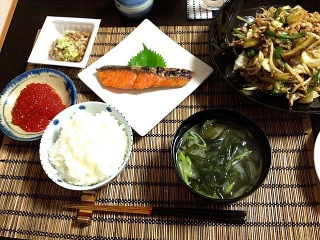 北海道の鮭、野菜炒め、納豆、筋子、わかめの味噌汁 - 60件のもぐもぐ - 和夕食 by コト