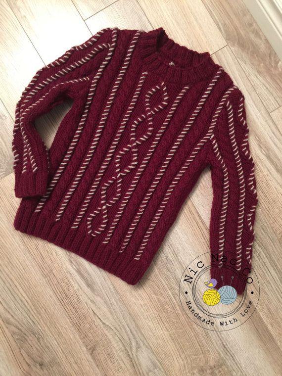 Gilet à torsades couleur grenat rebrodé en gris perle , pour enfant (6 ans) tricoté par NicNacCo