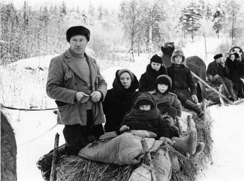 Nearly a half million Finns were forced to evacuate in the Winter War 1939-1940.Escape the sub-zero temperatures Horse-drawn sleighs allowed to move in the middle of snowdrifts. - Lähes puoli miljoonaa suomalaista joutui evakkoon talvisodassa 1939-1940. PAKOON PAKKASELLA Hevosten vetämät reet mahdollistivat liikkumisen hankien keskellä. - Finland