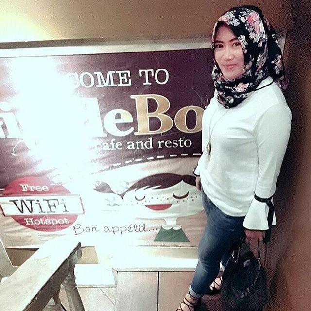 Repost from @dinnabie . __________ #wanitaberhijab#hijabcommunity#instahijab#hijabhits#selfiehijab#hijabindokece#hijabstyle#cewekmanis#hijabdaily#muslimah#hijabersindonesia#hijabstreet#hijaberkece#hijabkekinian#hijaberscantik#hijabermodern#cewek#instavsco#wanitaindonesia#cewekindo#indohijabers#jilbabindo#jilboobindo#jilboobsaddict#hijabergaul#hijabermanis#ootdhijab#hijabtraveler#duahijab