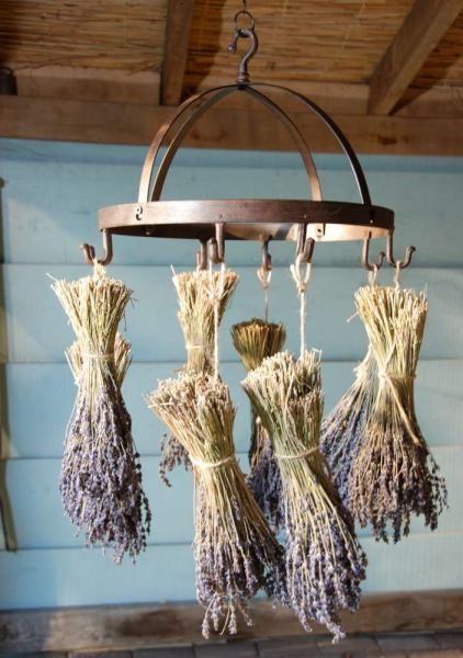 Ez a látványos kerek alakú konyhai öntöttvas akasztó kiváló használati tárgy különböző konyhai eszközök tárolására. Alkalmas virágok szárítására és tárolására is.