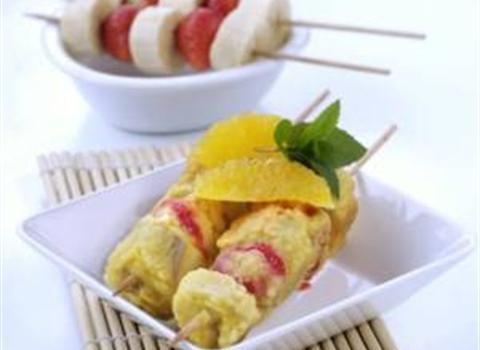 Ingredience: banány 2 kusy, jahody 8 kusů, šťáva limetková 1 kus (z jedné limetky), vejce 1 kus, mléko 100 mililitrů, mouka pšeničná hladká 7 lžic, moučka kokosová 1,5 lžíce (nebo čerstvý, strouhaný kokos), kokosové mléko 50 mililitrů, cukr krupice 1 lžíce, cukr třtinový 2 lžíce (na posypání), olej, pomeranče 4 plátky (na ozdobu), máta 1 list (na ozdobu).