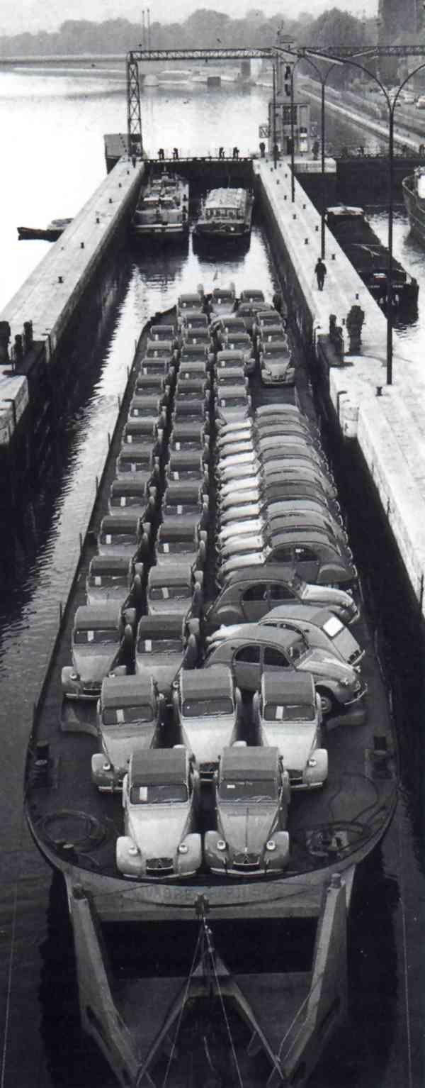 Citroën 2CV listos para ser exportados.
