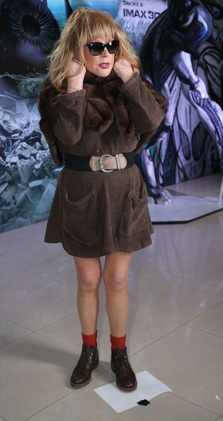 Примадонна надела чудесное коротенькое платье-свитер с поясом, подчеркнувшим талию, прозрачные колготки и ботиночки с красными носочками. ФОТО: ЭКСПРЕСС-ГАЗЕТА