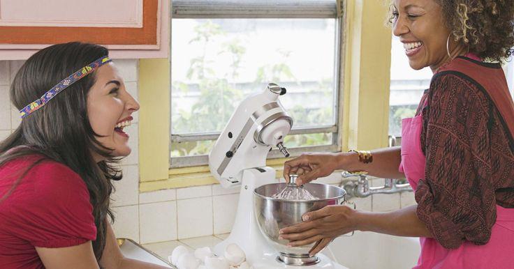 Batidoras de pie Sunbeam vs. KitchenAid. Las batidoras de pie son electrodomésticos de la cocina que te permiten mezclar fácilmente panes, pasteles, galletas y otras recetas. Las dos principales marcas son Sunbeam y KitchenAid. La comparación de los modelos de las dos empresas puede ayudarte a que tu decisión de compra sea más fácil.