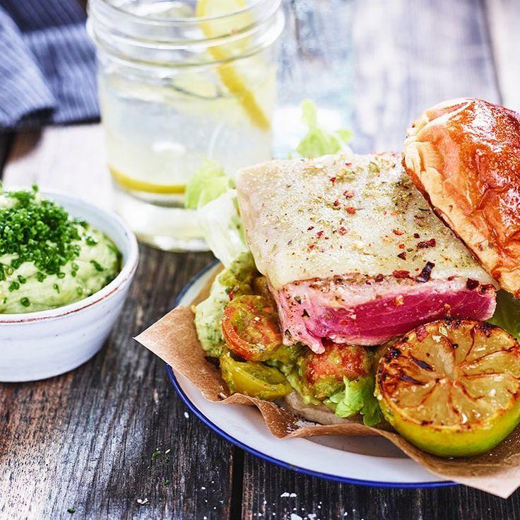 Grilla tonfiskburgare ikväll. Den heta 🔥avokadokrämen passar utmärkt med den grillade tonfisken 🐟 👏🏻😋 tomater lime/citron avokadåsås avokado sås kräm yoghurt fiskburgare #arlaköket #arla #recept