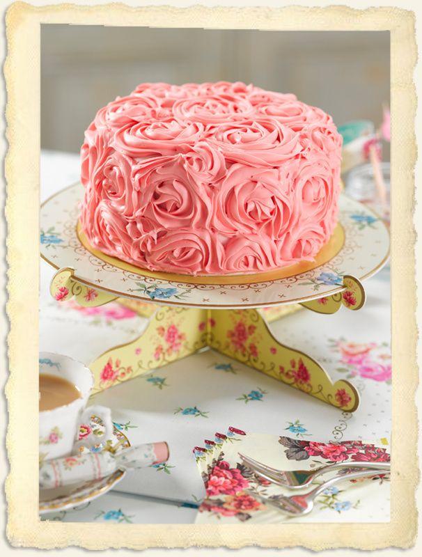 Een prachtige taart verdient een prachtige presentatie. 'Oooohs' en 'aaaaahs' gegarandeerd als je jouw zelfgebakken (of zelfgekochte) taartcreatie met dit zoete taartplateau op tafel zet.
