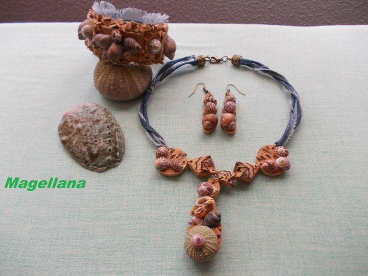 Bijuterii din cochilii Materiale reciclabile folosite: dopuri de pluta, material de blugi, un flacon pet (pentru bratara) si cochilii de melci.
