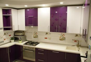 Кухня: баклажан, белый и потолок с полусферами