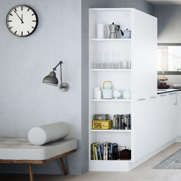 Kvik Milk køkken | Blød det hvide køkken op med en personlig reol