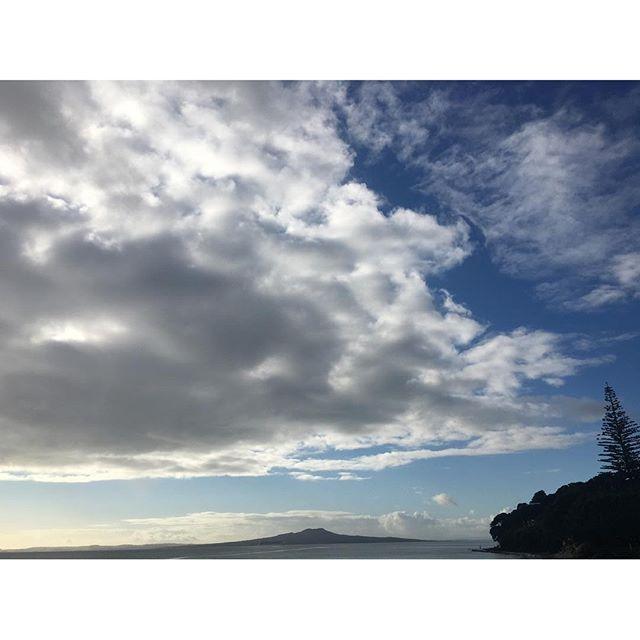【midori83238】さんのInstagramをピンしています。 《毎日違う、毎日新鮮 あー今日もステキな朝を迎えられました! Lovely day ♡ #newzealand #auckland #mairangibay #sky #sea #beach #ニュージーランド #オークランド #ビーチ #海 #空》