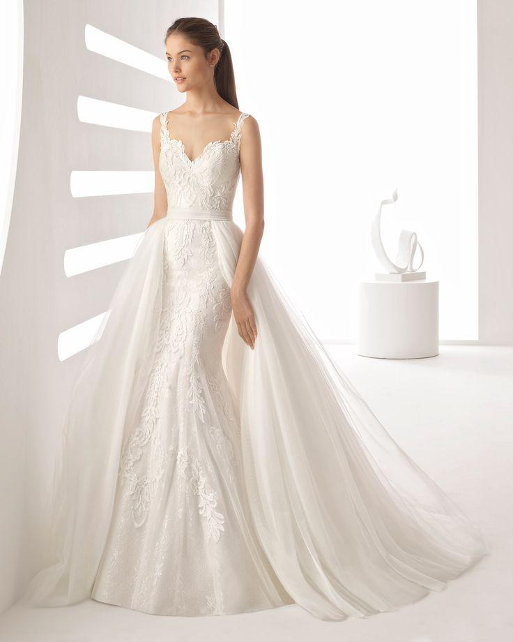 Brillez dans deux robes en une, grâce à la magnifique sur-jupe en tulle ! Une robe raffinée en dentelle et pierreries, qui met en valeur la silhouette de la femme. Collection 2018 Rosa Clará