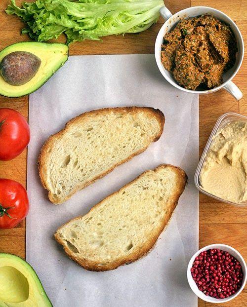 Super tip na rychlý a chutný sendvič, který si můžete dát jen tak nebo zabalit s sebou na svačinu v | Veganotic