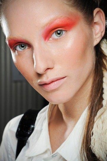 Ombretto rosso corallo occhi azzurri